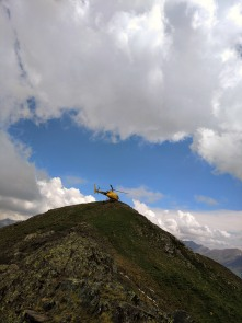 El helicoptero haciendo un avituallamiento en el pico de Comaminyana